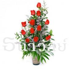 12 Premium long stemmed red roses in a glass vase แจกันกุหลาบ สีแดง 12 ดอก